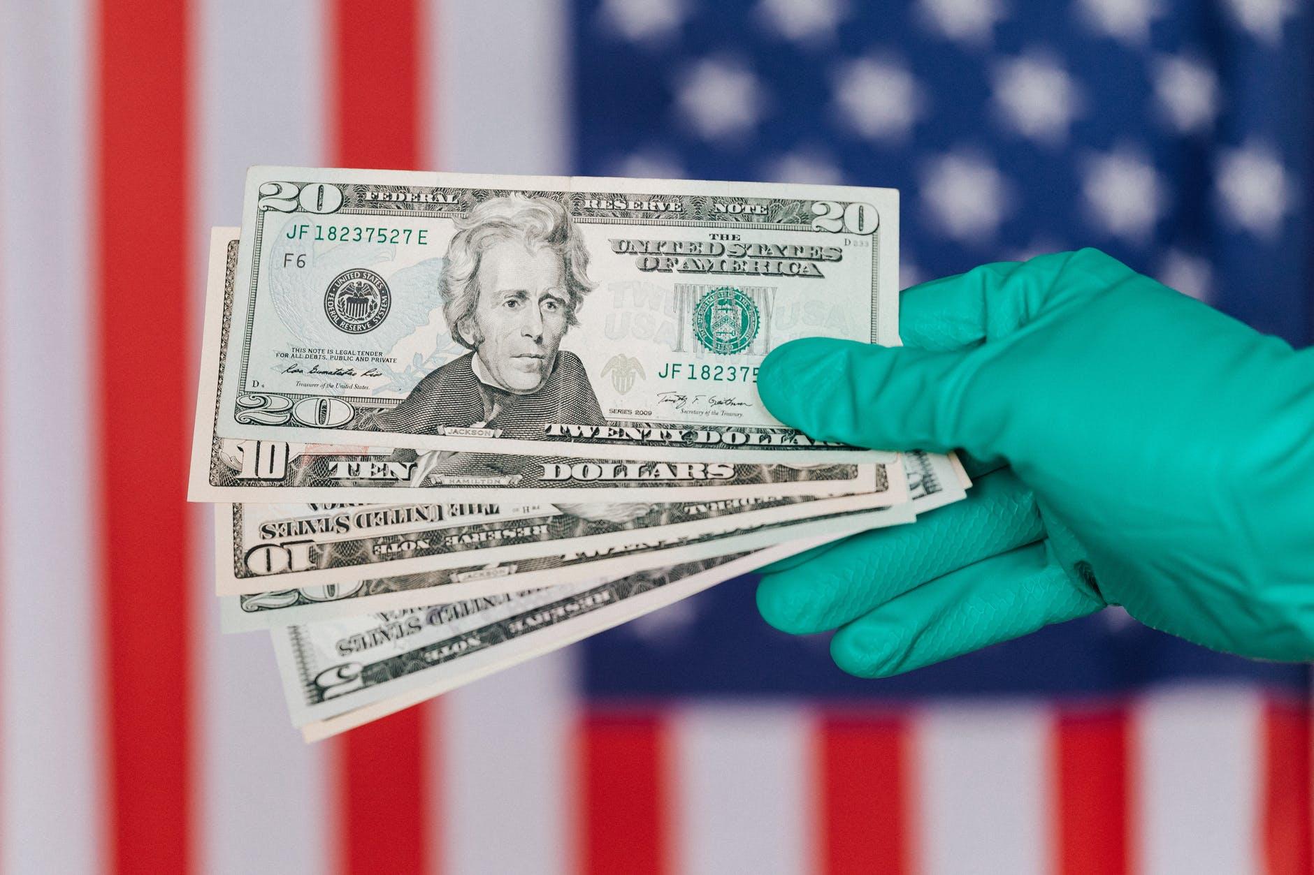 americké dolary na pozadí s vlajkou