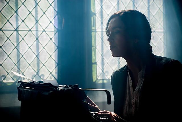 spisovatelka u stroje