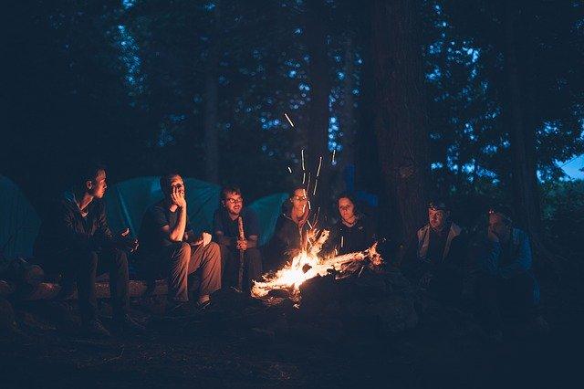 večerní táborák